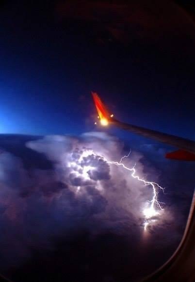 Žaibas, matomas pro lėktuvo langą